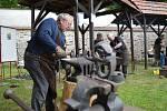 """Desátý ročník Brtnických kovadlin přilákal do klášterní zahrady v Brtnici stovky návštěvníků. Na připravených stanovištích kováři tvořily díla na téma """"pomocníci člověka"""", které poté mohli lidé hodnotit. Soutěž byla doplněná také o výstavu kovaných soch a"""