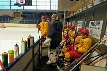 Hokejoví junioři a dorostenci Dukly se sice nadřou, ale tréninky na ledě si jinak užívají.