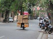 Vietnamci převáží na skůtru i krabice.