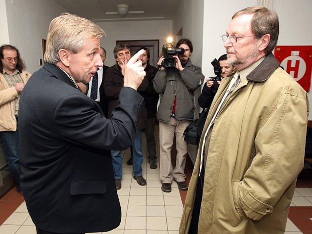 Bohuslav Zelenka (vlevo), otec heparinového vraha, nemohl přenést přes srdce, že si soud předvolal odvolaného znalce Slavomila Hubálka (vpravo). Zelenka starší se do Hubálka slovně pustil před novináři na chodbě soudu v Hradci Králové.