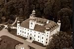 Pohled z dronu na třešťský zámek, fotografie je laděná do retro stylu.