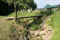 Takto vyschlý je jeden z přítoků řeky Brtničky v Brtnici na Jihlavsku. Korytem normálně protéká voda o hloubce do 50 centimetrů.
