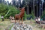 První prázdninová neděle patřila v Hodicích turistickému výšlapu na Jelení horu nad Hodicemi. Obec Hodice tam totiž ve spolupráci s místním sborem dobrovolných hasičů umístila novou sochu jelena od řezbáře Jana Hanze Štěbetáka ze Strmilova.
