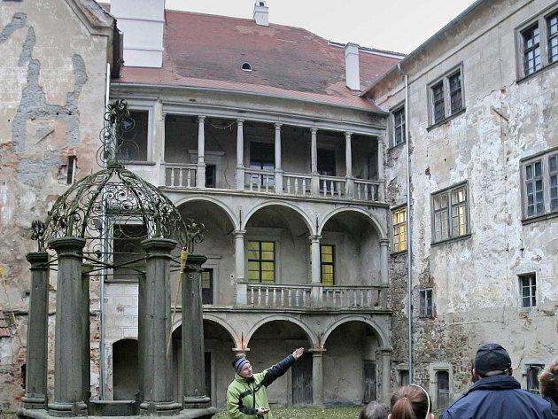 Obnovovat budou řemeslníci v rámci kurzu i zámek v Brtnici (na snímku).
