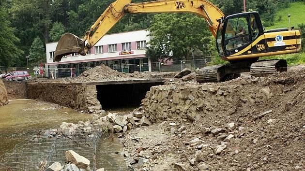 Prostor u letního amfiteátru v Jihlavě se pomalu mění. Stavební práce zatím pokračují podle harmonogramu.