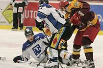 V prvním utkání Dukly s Havířovem v Jihlavě se urputně bojovalo o každý decimetr ledu. Domácí nakonec soupeře přetlačili poměrem 2:0.