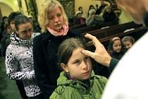 Symbol kříže z popela, který dělá kněz na čele věřícího, je převzatý z biblické tradice.