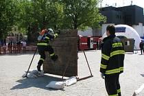 Profesionální i dobrovolní hasiči z Jihlavska měřili na jihlavském Masarykově náměstí síly v několika disciplínách.