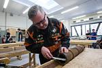 Střelmistr David Kočka ze spolku přátel dělostřelby ve spolupráci Střední průmyslovou školou stavební vyrábí repliku polní houfnice z roku 1430.