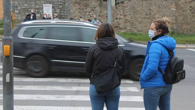 Unikátní test Deníku:Na nošení roušek venku si lidé na Vysočině pomalu zvykají