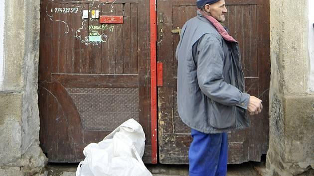 Vchod do Mirčevova domu a jeden z jeho obyvatel.