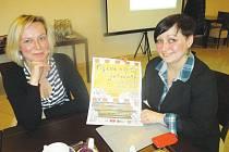 Magda Pojerová (vlevo) a Michaela Novotná stály u zrodu Novoříšského kulturního spolku v roce 2003. Mají za sebou desítky projektů, nyní chystají oživit náměstí.