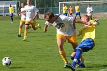 Fotbalisté Luk nad Jihlavou (v bílých dresech) doma o poti vyhráli nad Rokytnicí 4:1.