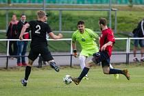 Fotbalisté Slavoje Polná (v červeném) nepodali ve Ždírci stoprocentní výkon. I proto vysoko prohráli.