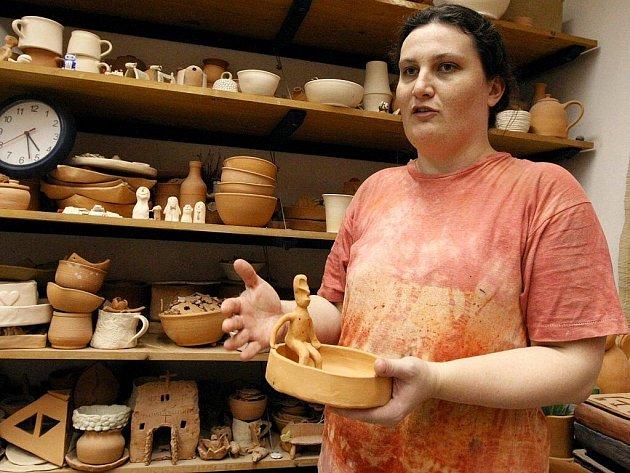 Jednou týdně mohou klienti jihlavského Káčka docházet do dílen, kde společně s Monikou Štumarovou vyrábí například květináče, hrnečky nebo podložky pod svíčky.