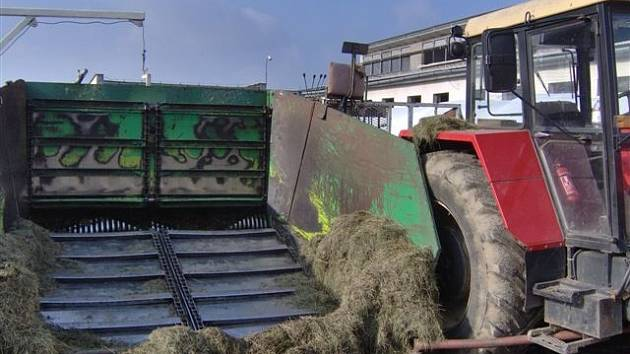 Dělník v Dušejově v jihlavském okrese byl zalisován do takzvané nohavice na siláž. Lis je poháněn traktorem. Za jakých okolností byl muž do lisu vtažen, vyšetřuje policie.