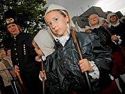 """Figurka """"putovního"""" havířka se vydala na tradiční cestu jihlavskými ulicemi, aby upozornila na blížící se havířský průvod a akci havíření, která se odehraje od 19. do 21. června."""
