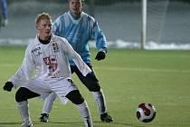 Hráči FC Vysočina Mikulov nešetřili a rozdrtili ho 7:1. Dvěma góly přispěl i Rostislav Šamánek (v bílém).