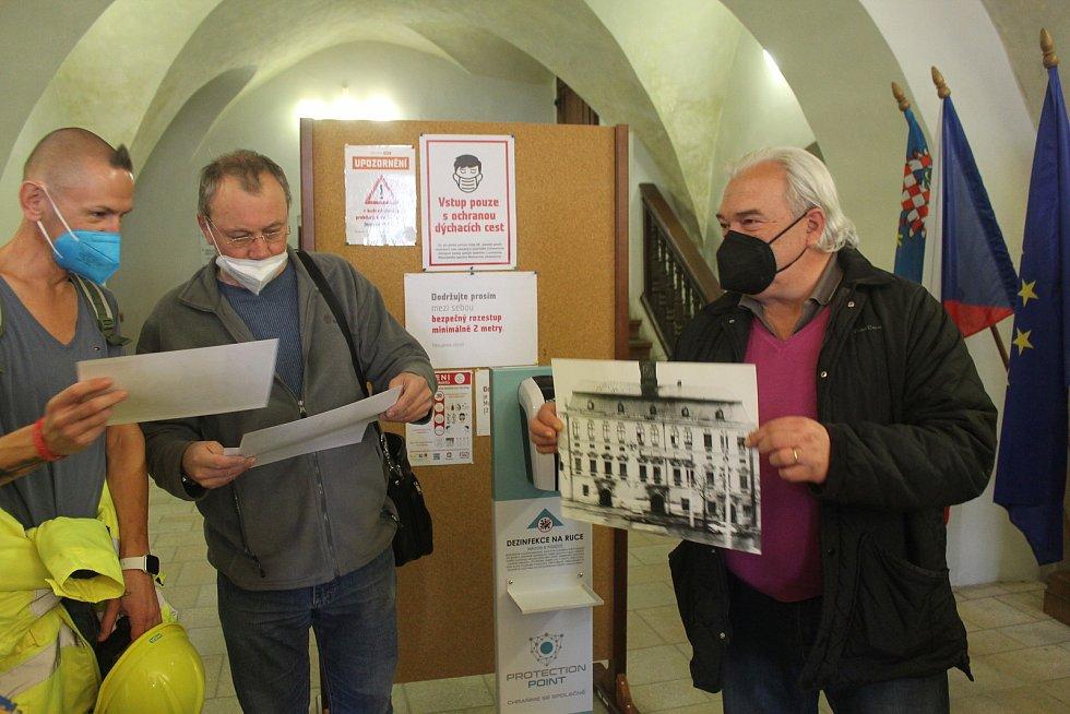 Architekt a městský zastupitel Jaroslav Huňáček má historické výkresy. Rafičky budou za několik týdnů stejné jako v minulosti.