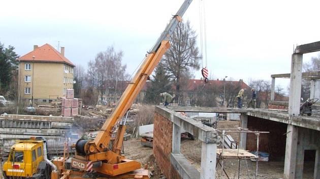 Z ruiny stavby, budované za komunismu v 80. letech, už nebude nic. Skelet začali ve čtvrtek stavebníci třebíčské společnosti Pozemstav rozebírat.