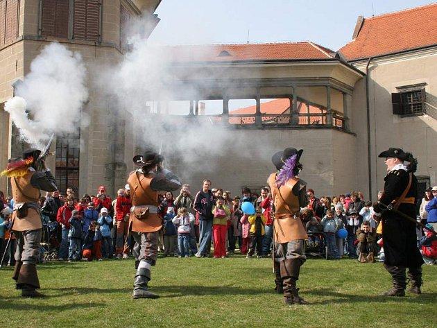 Zahájení turistické sezóny začalo v Telči salvou z mušket.