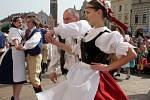Lidové tance na telčském náměstí lákaly pozornost turistů.
