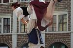 Veselé a skočné lidové tance na telčském náměstí.