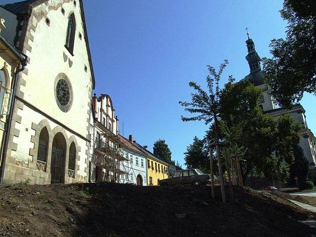 Sezimovo náměstí pod kostelem Nanebevzetí Panny Marie patří k nejkrásnějším zákoutím města.