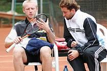 Kamil Vondráček (vpravo) vždycky tíhnul ke koučování. Na snímku o přestávce mezi gamy rozebírá situaci s oddílovým kolegou Leošem Friedlem.