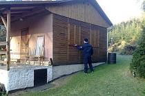 Pelhřimovští policisté nachytali zloděje přímo při činu. Při kontrole rekreačních objektů u obce Stanovice našli opilého lapku na záchodě v jednom z domků. Při šetření vyšlo najevo, že má muž na svědomí 43 vykradených chat.