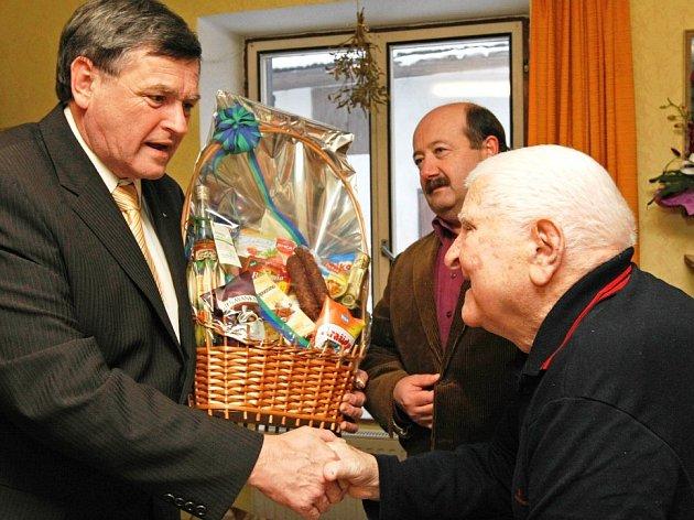 Hejtman kraje Vysočina Jiří Běhounek gratuluje ke stovce Františku Sylvestrovi (vpravo).