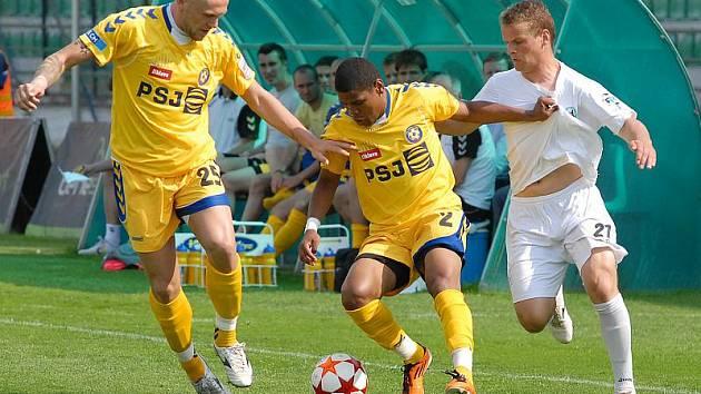 Fotbalistům Vysočiny (ve žlutém zleva Jan Halama a Gabriel Da Silva) se postup do nejvyšší soutěže vzdaluje.
