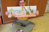 Jak vzniká vyprávění o putování žiraf do jihlavské zoo? Kluci namalují obrázky a z nich se pak poskládá celý příběh do leporela.