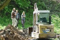 V pondělí ráno začala policie s hledáním dalšího poválečného hrobu v lokalitě u viaduktu v Dobroníně na Jihlavsku. V úterý ráno budou pokračovat.
