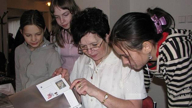 Na celostátních setkáních sběratelů v jihlavském domě kultury věšinou nechybí někdo z Poštovny Jihlava. Na snímku ukazuje mladým sběratelkám zajímavosti Zdeňka Schleisová.