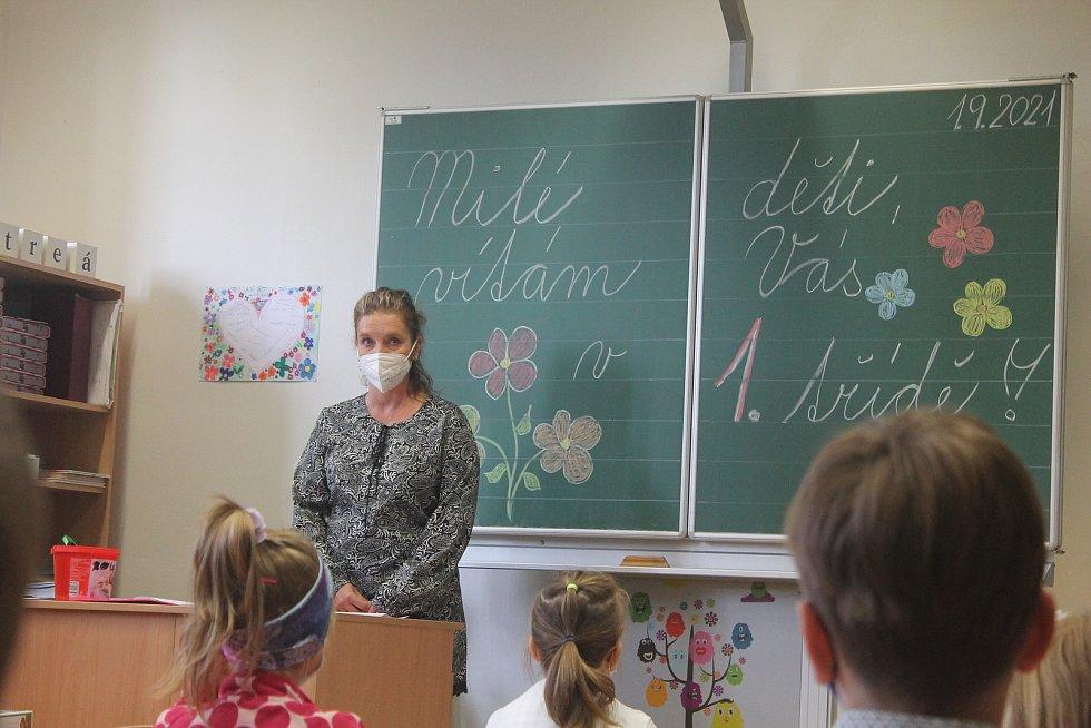 Jsme tady všichni noví, uklidňovala děti učitelka Dagmar Štěpánková v 1. A na ZŠ TGM.