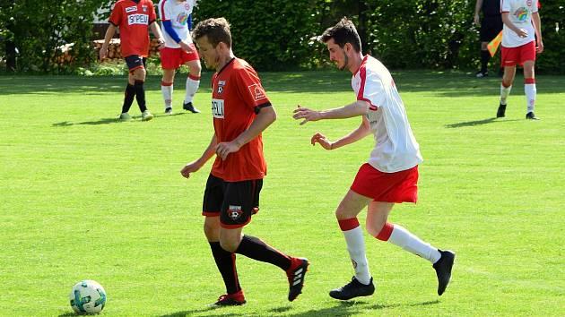 Adam Průcha (v červeném) si už v dresu Sapeli zahrál. Během loňského roku se několikrát objevil v sestavě v rámci přípravy.