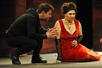 Hamlet (František Mitáš) a Gertruda (Lucie Sobotková Štorková), kralevic a královna, na jevišti Horáckého divadla.