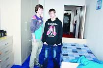 Patrik Holeček (vlevo) a Petr Bartoš z jihlavského dětského domova se školou od ledna bydlí v řadovém domku v Šafaříkově ulici.
