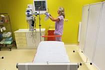 Pacienty od záchranné služby přebírají zdravotníci z urgentního příjmu.