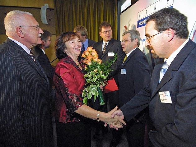 V prostorách třešťského Zámeckého hotelu se konalo slavnostní vyhlášení podnikatelských soutěží Firma a Živnostník roku 2007. Živnostníkem roku byl vyhlášen Dušan Tripal z Telče (na snímku přijímá gratulaci od Livie Klausové).