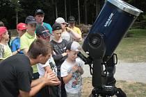 Přes padesát dětí se zájmem o astronomii obývá v těchto dnech hájenku Černé lesy u Brtnice. Na programu mají hlavně pozorování denní a noční oblohy.