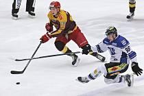 Usadili je. Havířovští hokejisté (v bílém Tomáš Matějek v souboji s Ondřejem Šafářem) toužili v Jihlavě alespoň po jednom vítězství. V každém z úvodních zápasů ale dokázali skórovat pouze jednou, a Dukla tak vstoupila do série nejlepším možným způsobem.