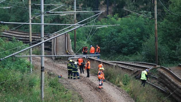 Včerejší nehoda zřejmě přinutí firmu OHL Ž. S. a České dráhy uvažovat o změně způsobu přepravy. Firma má v plánu ještě sedm takových přeprav. Staré koleje převáží až do Velkého Meziříčí. K podobným nehodám tak může dojít kdekoli.
