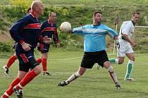 Fotbalisté Staré Říše (vlevo Luděk Kovačík a gólman David Korovjak) prohospodařili v Třešti dvoubrankové vedení a nakonec se museli spokojit s remízou 3:3.