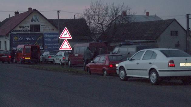 Policisté v označených i neoznačených vozech bedlivě hlídali hospodu Na Jelitě.