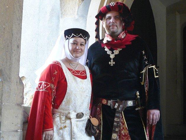 Noc na Karlštejně. Červené dámské šaty, které má na sobě Jitka Havlíčková, nemohly být v pohádce Pravý rytíř použity. Vyrovnaly se totiž královniným šatům. Na snímku s manželem Zdeňkem Havlíčkem na akci Karlštejnské vinobraní.