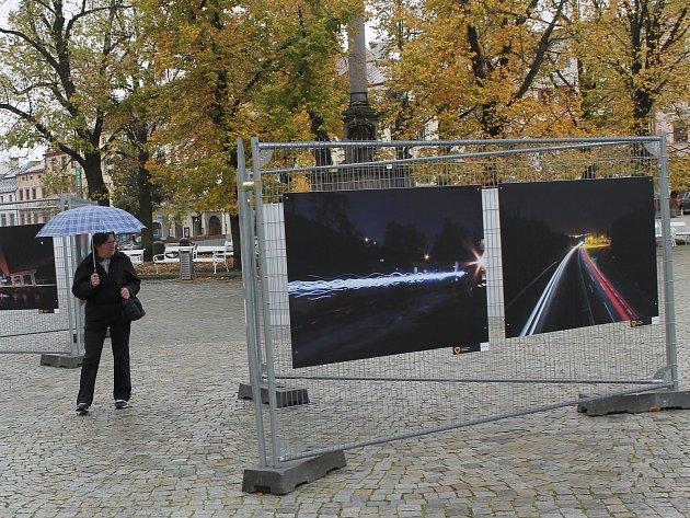 Milujeme Jihlavu je soutěž, která přilákala nejen amatérské fotografy. Nejlepší snímky jsou k vidění na jihlavském Masarykově náměstí až do konce měsíce.