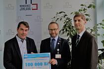 Šek na sto tisíc převzal ředitel nemocnice Lukáš Velev (uprostřed).