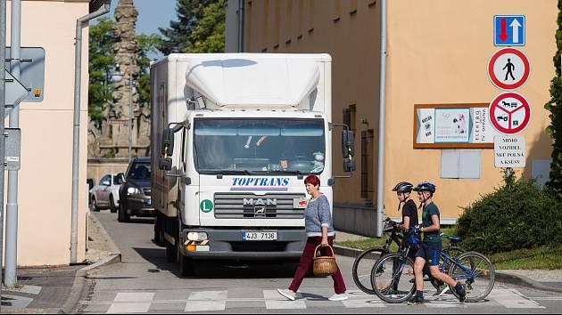Nákladní automobily v centru Polné.